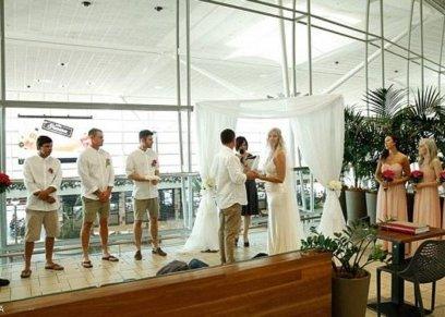 العروسان بالمطار