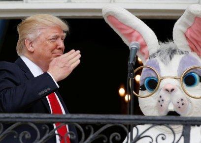 الرئيس الأميركي دونالد ترامب بجانبه الأرنب