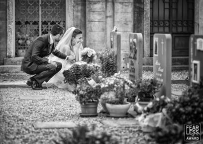 عروس تبكي أمام قبر أحد أقاربها