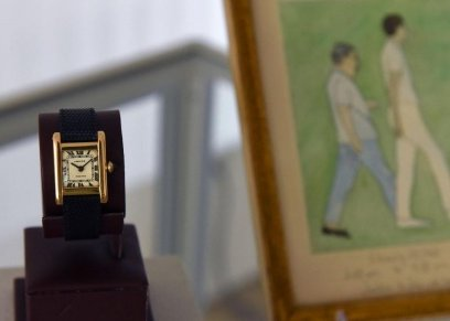 ساعة اليد واللوحة في المزاد