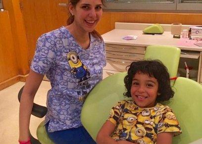 الطبيبة نورا الأبياري وإحدى مرضها من الأطفال