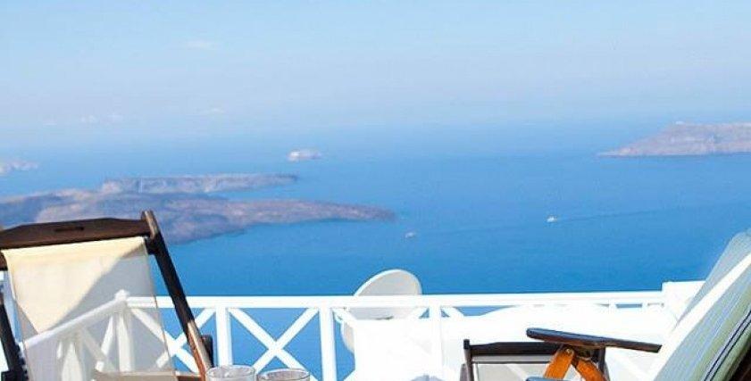 """حلم الفتيات في الفطار من شرفة غرفة تطل على بحر """"سانتوريني"""" اليوناني"""