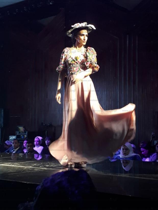 58ac61597 وانطلق عرض أزياء مميز لمصممة الأزياء إيناس يحيى، وتصميم الفساتين شريف نصر،  فيما كان من بين المتسابقات