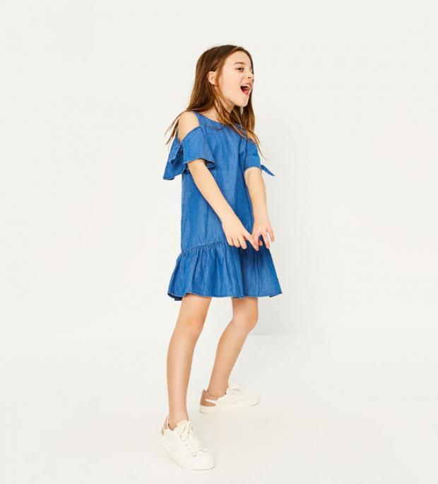 508fc5763 يعرض موقع Zara، أحدث تصميمات فساتين الأطفال لصيف 2017، حيث تتسم بالبساطة  والألوان الزاهية، وتتنوع بين المنقوش والسادة.