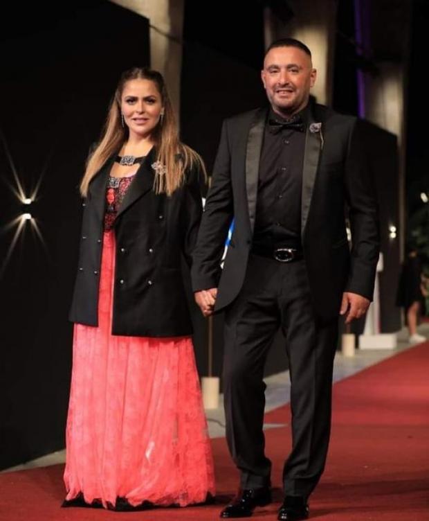 انتقادات لإطلالة زوجة الفنان أحمد السقا في مهرجان الجونة